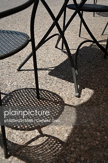 Schatten im Cafe - p1620m2215586 von Cornelia Greil