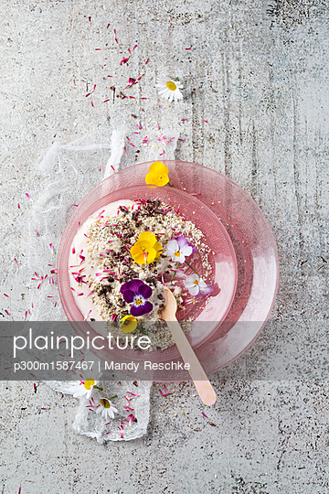 Natural yoghurt with buckwheat grits, edible flowers and cacao nibs - p300m1587467 von Mandy Reschke