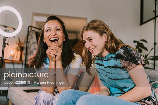 Two happy influencers - p300m2286819 von Mareen Fischinger