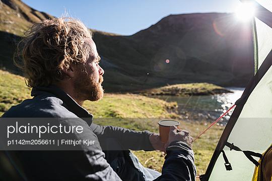 Junger Mann zeltet an Bergsee - p1142m2056611 von Runar Lind