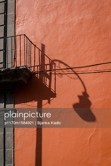 Schatten einer Straßenlampe - p1170m1584921 von Bjanka Kadic