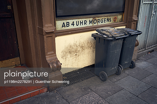 Germany, Hamburg, Garbage cans in front of a pub - p1198m2278291 by Guenther Schwering