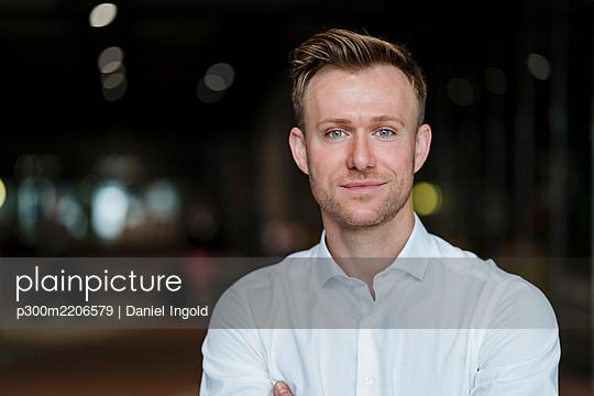 Confident entrepreneur standing in city - p300m2206579 by Daniel Ingold