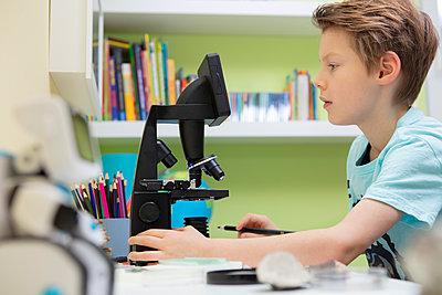 Grundschüler arbeitet mit einem Mikroskop - p105m2064086 von André Schuster