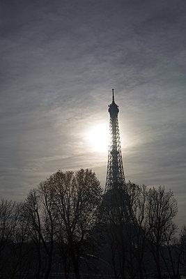Eiffelturm im Morgengrauen - p596m1222177 von Ariane Galateau