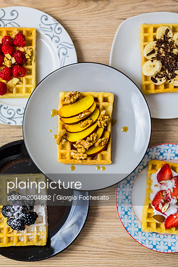 Plates of waffles with various toppings - p300m2004682 von Giorgio Fochesato
