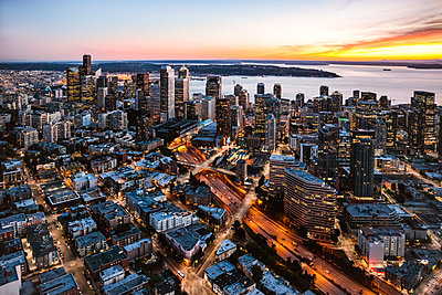 Aerial view of Seattle downtown skyline at dusk, Seattle, Washington, USA - p651m2032668 by Matteo Colombo photography