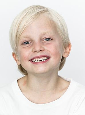 Blonde boy shows his dental braces - p869m1109725 by Dombrowski