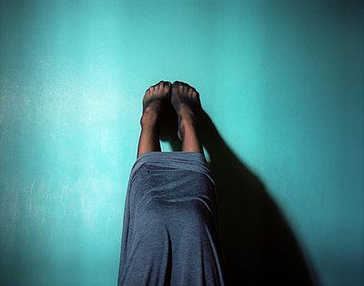 Feet on a wall - p945m924272 by aurelia frey