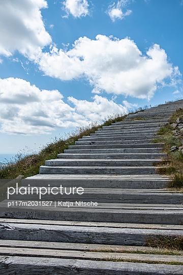 Treppe aus Holzbalken und Wolken - p117m2031527 von Katja Nitsche