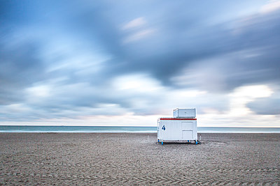 Germany, Mecklenburg-Western Pomerania, Warnemuende, Baltic Sea, Clouds and lifeguard station - p300m2219158 by Anke Scheibe