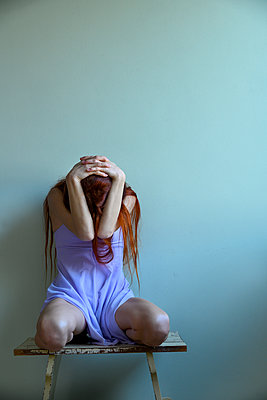 Red-haired woman with hands on head - p427m2210312 by Ralf Mohr