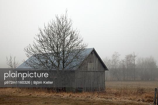 Schuppen in ländlicher Umgebung in Farö - p972m1160326 von Björn Keller