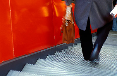 Geschäftsmann auf Rolltreppe - p1080201 von Thomas Kummerow