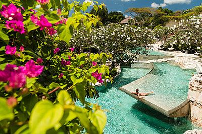 Woman relaxing in luxury pool - p1290m1168855 by Fabien Courtitarat