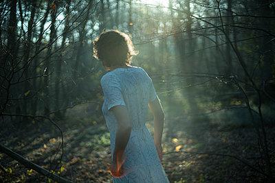 Frau im Wald - p1321m1525071 von Gordon Spooner