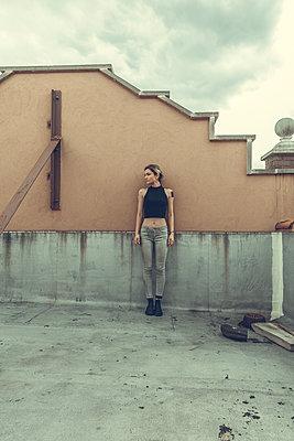 Frau allein auf Dach - p1491m1582689 von Jessica Prautzsch