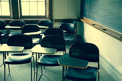 Stühle mit Tischen in einem Klassenzimmer - p397m2015260 von Peter Glass