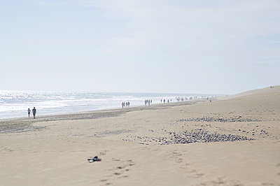 Vacationers take a walk on the beach, Punta des Maspalomas, Gran Canaria - p556m2185444 by Wehner
