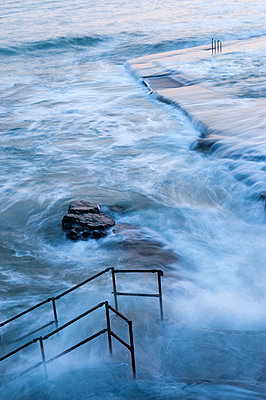 Tidal outdoor swimming pool, Bude, Cornwall, England - p652m972021 by Paul Harris photography
