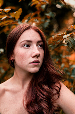 Red-haired woman, portrait - p947m2273228 by Cristopher Civitillo