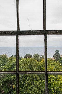 Fenster zum Meer - p954m2021845 von Heidi Mayer