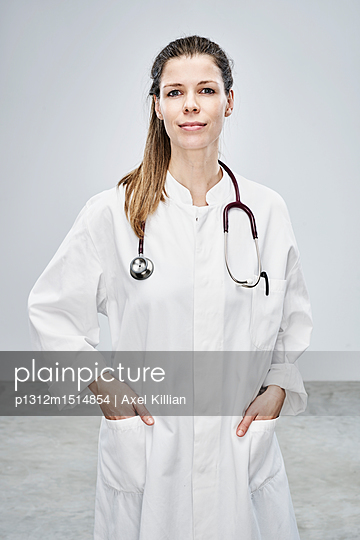 plainpicture | Photo library for authentic images - plainpicture p1312m1514854 - Female doctor with hands in... - plainpicture/Axel Killian