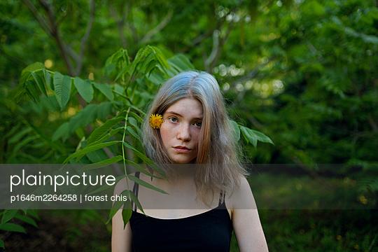 Porträt einer jungen Frau am Waldrand - p1646m2264258 von Slava Chistyakov