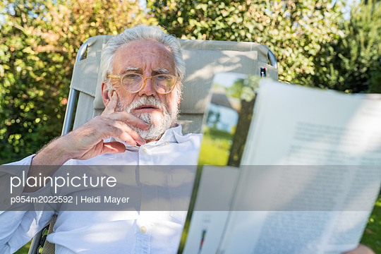 Lesen im Garten - p954m2022592 von Heidi Mayer