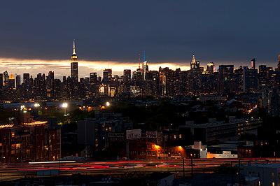New York bei Nacht - p470m1207935 von Ingrid Michel