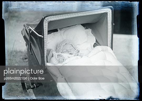 Baby im Kinderwagen - p265m2022700 von Oote Boe