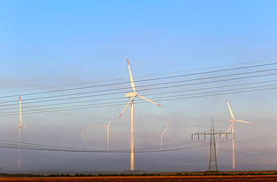 Windkraftwerke im Frühnebel - p1258m1165806 von Peter Hamel