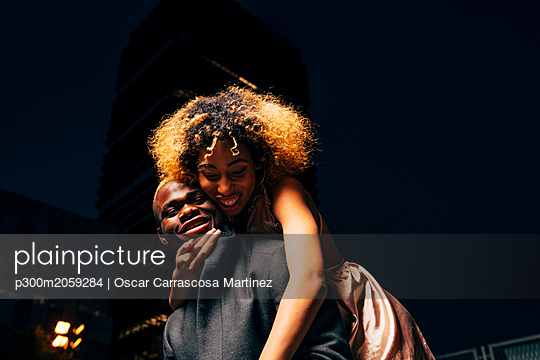 Young couple having fun together at night outdoors - p300m2059284 von Oscar Carrascosa Martinez
