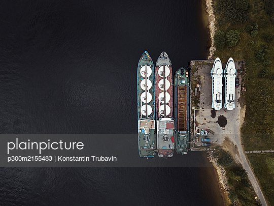 Russia, Saint Petersburg, Aerial view of ships moored at pier on Neva river - p300m2155483 by Konstantin Trubavin
