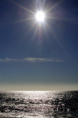 Ocean horizon with sunlight - p1047m814777 by Sally Mundy