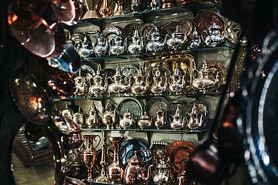 Teekannen und Tabletts in Gold und Silber auf Markstand in Marrakesch in Marokko - p1497m2071388 von Sascha Jacoby