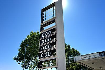 Benzin wird knapp - p567m1469223 von Ernesto Timor