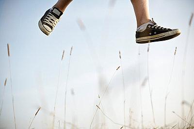 Man jumping up - p966m661595 by Tobias Leipnitz