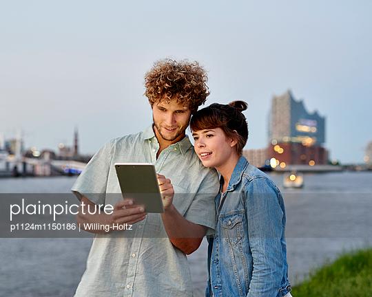 Paar mit Tablet an der Elbe - p1124m1150186 von Willing-Holtz