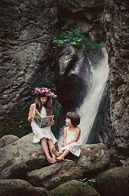 Mädchen an einem Wasserfall - p1432m1496461 von Svetlana Bekyarova