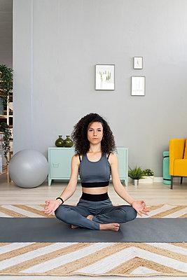 WOman doing yoga or fitness at home - p300m2274593 von Giorgio Fochesato