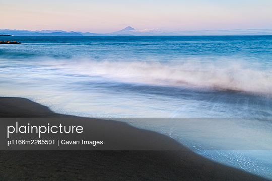 Sunset view of Mount Fuji from the beach, Shizuoka Prefecture, Japan - p1166m2285591 by Cavan Images