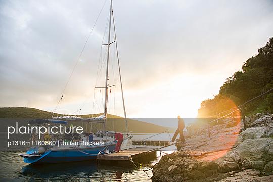 Segelboot liegt an einer Anlegestelle, Limski-Kanal, Istrien, Kroatien - p1316m1160860 von Julian Bückers