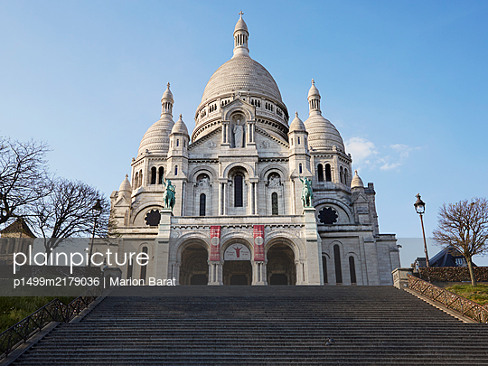 Empty Sacre Coeur during Covid-19 quarantine - p1499m2179036 by Marion Barat