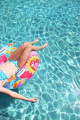 Frau am Pool - p045m908507 von Jasmin Sander