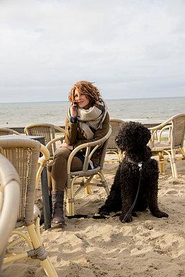 Frau und Hund auf der Strandterasse - p1212m1181984 von harry + lidy