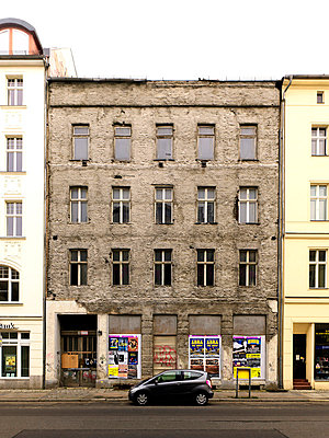 Unrenovated house in Berlin Mitte - p2800329 by victor s. brigola