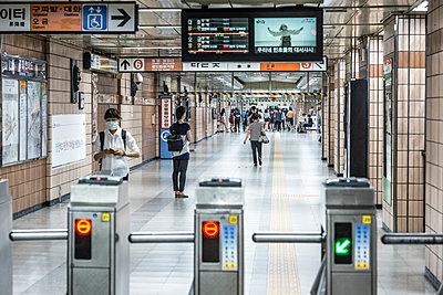 U-Bahn Station in Seoul - p846m1355532 von exsample