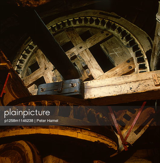 Hölzernes Getriebe einer Windmühle - p1258m1146238 von Peter Hamel