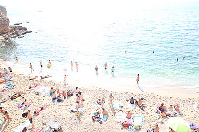 A great many of holidaymakers at plage des Sablettes - p1289m2007936 by Elisabeth Blanchet